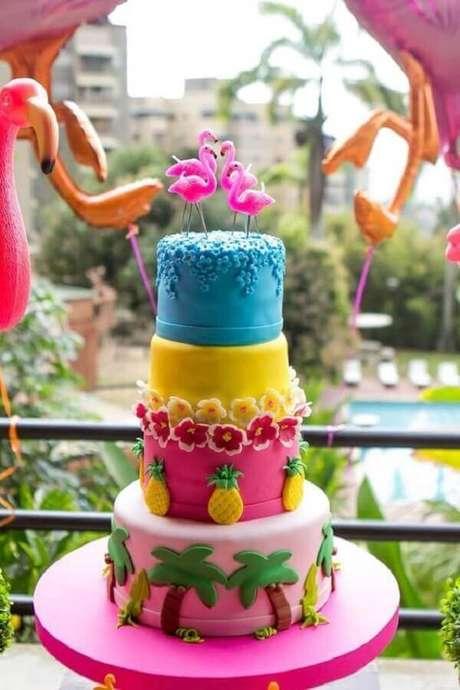 16. Lindo bolo de 4 andares com decoração super colorida para festa flamingo e abacaxi tropical – Foto: Mamãe Plugada