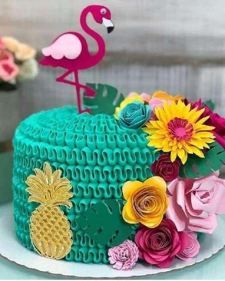 17. Delicado bolo com decoração super colorida para festa flamingo tropical – Foto: Mil Dicas