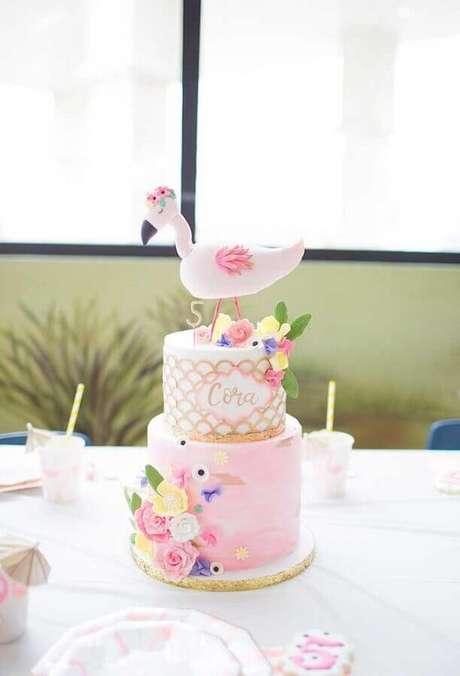 18. Delicado bolo decorado com flores e flamingo no topo para decoração de festa flamingo infantil – Foto: Ideas Decor