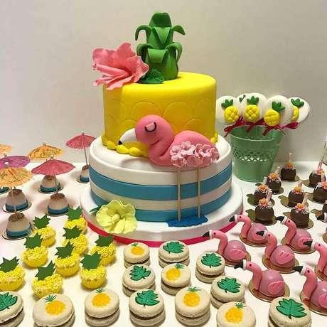 19. Bolo e does personalizados para festa flamingo infantil com decoração colorida – Foto: Bruna Marinoni