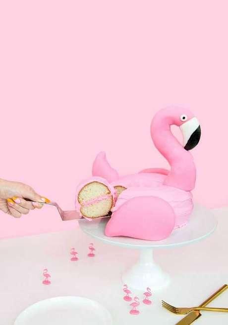 20. Linda inspiração de bolo para festa do flamingo – Foto: We Heart It