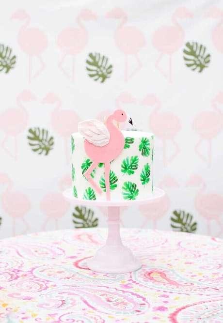 21. Bolo para festa flamingo tropical decorado com folhagens – Foto: Pinterest