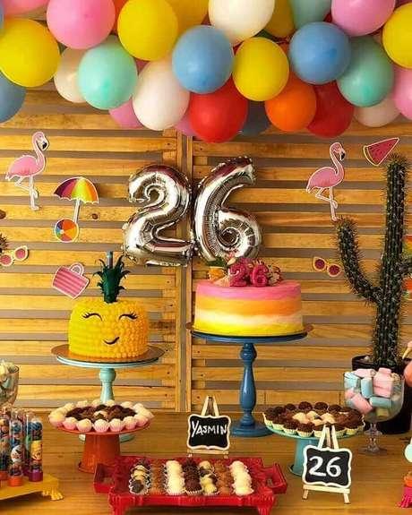 22. Decoração rústica com arranjo de balões colorido para festa flamingos simples – Foto: Suhreal Doces