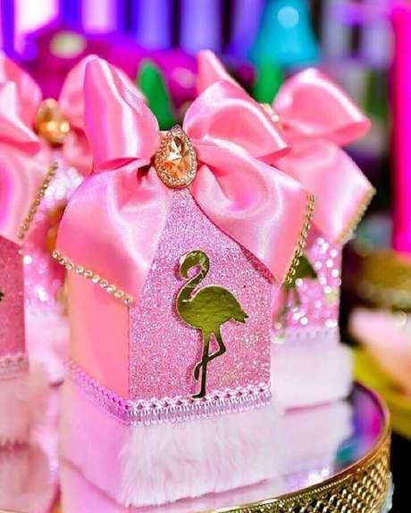 24. Caixinhas personalizadas para festa de aniversário de flamingo – Foto: Natan Alves