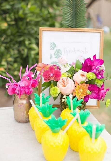 25. Copos em formatos de abacaxi para decoração de festa flamingo e abacaxi tropical – Foto: Pinterest