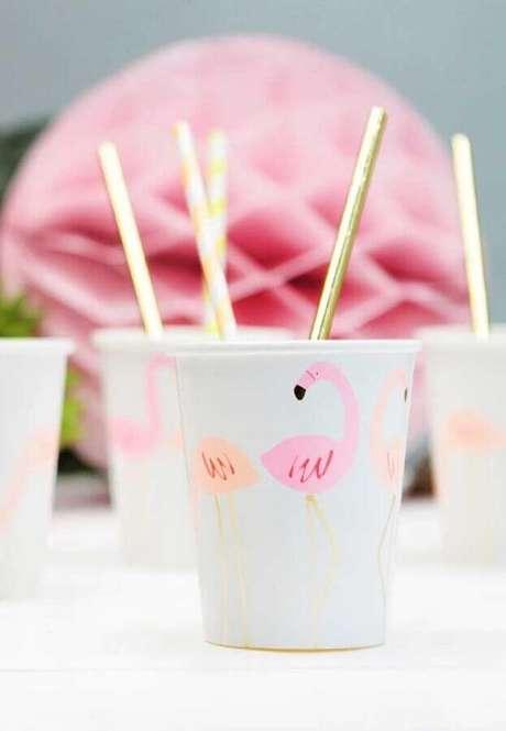 26. Delicados copos personalizados para um toque divertido na festa de aniversário de flamingo – Foto: Webcomunica