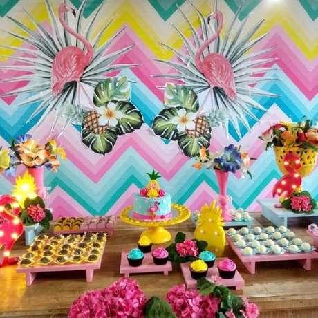 30. Decoração super colorida e alegre para festa flamingo e abacaxi – Foto: Arte em Criar