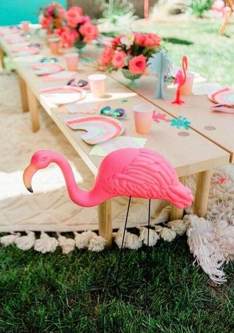 31. Decoração rústica para festa flamingo simples ao ar livre – Foto: PartyBox