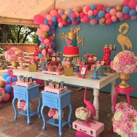 32. Decoração em azul e rosa para festa flamingo e abacaxi – Foto: Vanessa Brisetti