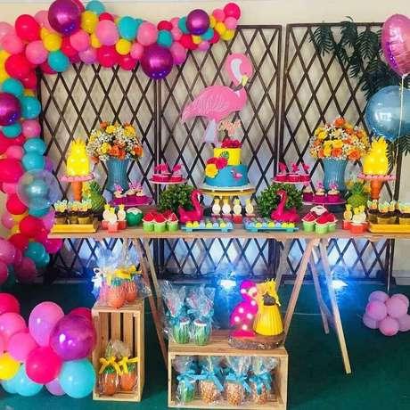 8. Balões coloridos são ótimos para compor a decoração de festa flamingo infantil – Foto: DYL Festas