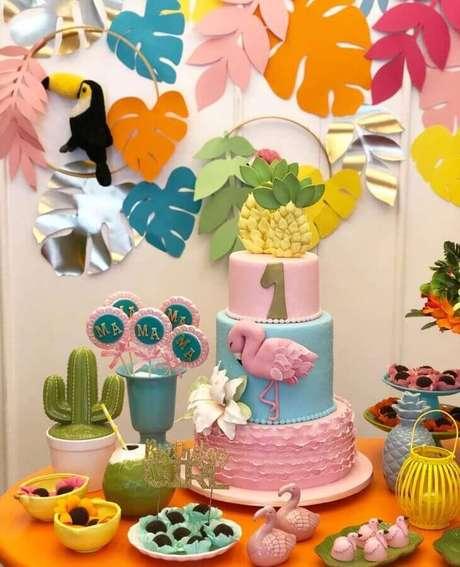 33. Ideia divertida para decoração de festa flamingo e abacaxi – Foto: Pri Festas Decorações de Festas
