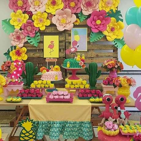 34. Faça flores de papel para decorar o painel da sua festa flamingo simples – Foto: Little Party