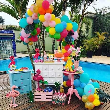 6. Decoração de festa flamingo na piscina – Foto: Thata Decorações