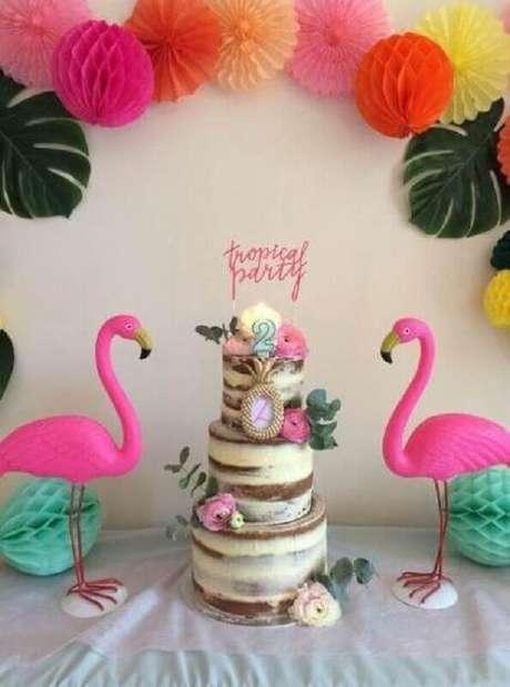 38. Decoração de festa flamingo simples com bolo 3 andares decorado com flores – Foto: Cake Ideas