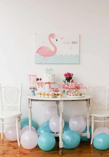 41. Decoração de festa flamingo simples com balões azul e brancos – Foto: Pinterest
