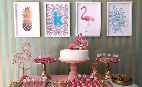 42. Festa flamingo simples decorada com quadrinhos no painel de fundo – Foto: Pensamento Criativo