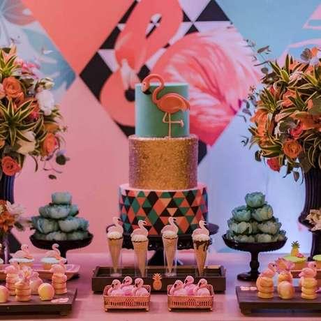 44. Ideia de decoração de festa de aniversário de flamingo 15 anos em azul, rosa e dourado – Foto: Mimos and Party