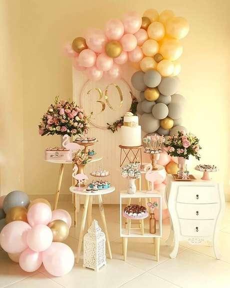 45. Decoração em tons claros e neutros para festa tema flamingo – Foto: Bliss Festas