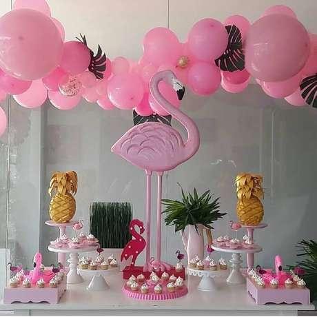 46. Decoração moderna para festa flamingo e abacaxi – Foto: Cerezas Party