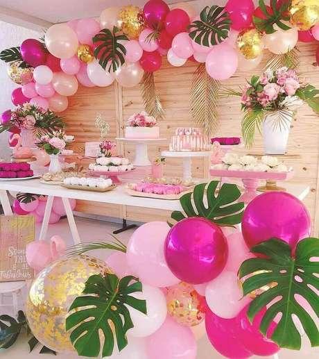 48. Linda decoração rosa e dourada para festa tema flamingo com arranjo de balões e costela de Adão – Foto: Daiane Demézio