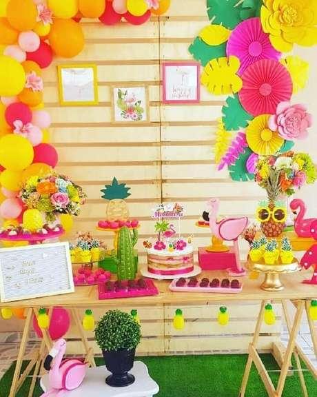 49. Decoração de festa flamingo simples e rústica com flores e folhas de papel para painel de pallets – Foto: Paloma Decora