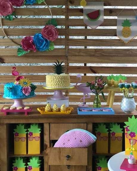 50. Decoração rústica para festa flamingo simples com dois bolos diferentes – Foto: Gisella Alves