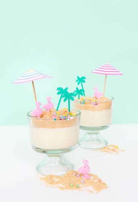 55. Ideia de doce decorado em taças para festa flamingo tropical – Foto: Ideas Decor