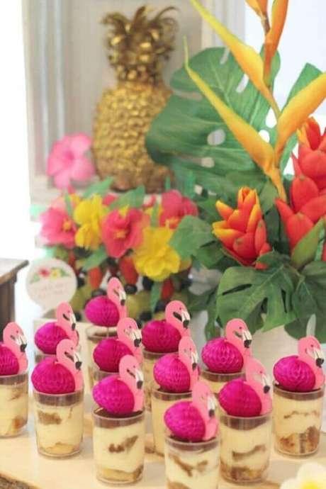 56. Lindos doces decorados para festa flamingo tropical – Foto: Mamãe Plugada