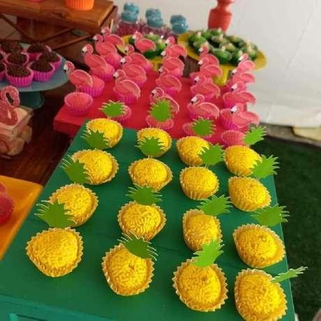 58. Doces lindos decorados para festa de aniversário de flamingo tropical – Foto: Chocolates da Conce