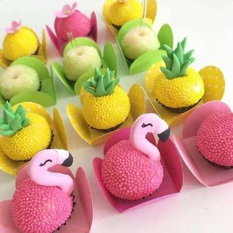61. Doces decorados para festa flamingo e abacaxi – Foto: Inspire sua Festa e Maternidade