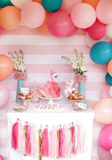 63. Festa de aniversário flamingo decorada com arranjo de balões e lindo bolo personalizado em formato de flamingo – Foto: Style Me Pretty