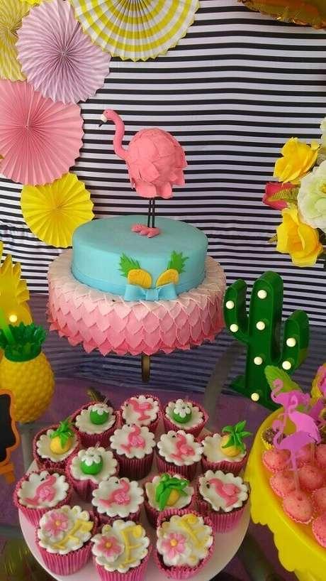 65. Festa flamingo tropical decorada com bolo dois andares lindo e docinhos personalizados – Foto: Pinterest