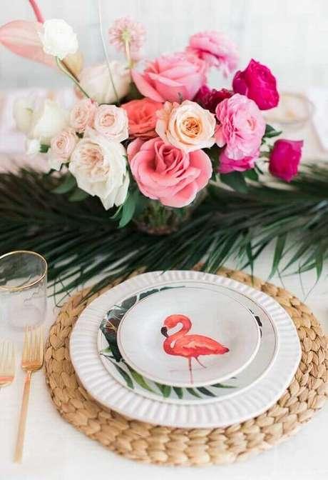 66. Arranjo de flores e pratos especiais para festa de aniversário de flamingo – Foto: Webcomunica