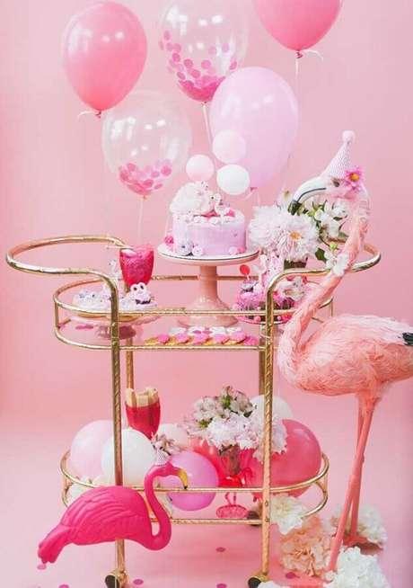 68. Carrinho dourado com vários doces e balões rosa para festa tema flamingo – Foto: Pinterest