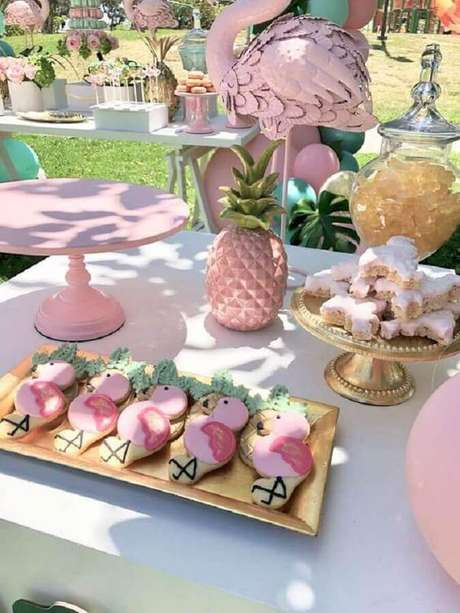 70. Decoração de festa flamingo e abacaxi ao ar livre em tons de rosa e azul – Foto: Catch My Party