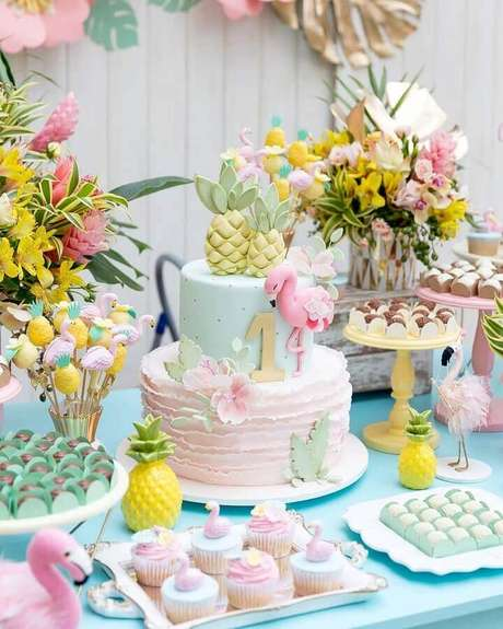 71. Invista em arranjos de flores para compor a sua decoração de festa flamingo – Foto: Fabiana Moura