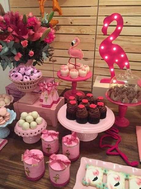 72. As luminárias de led com formatos diferentes são ótimas para decorar a festa flamingo infantil – Foto: The Iced Sugar Cookie