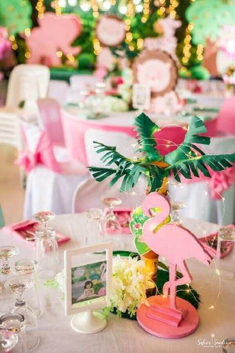 73. Decoração leve e alegre para festa flamingo tropical – Foto: Kara's Party Ideas