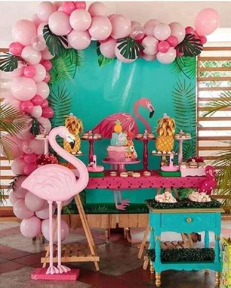 74. Decoração com flamingo grande e arranjo de balões cor de rosa com folhas de costela de Adão para festa flamingo simples – Foto: Pinterest