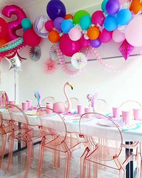 75. Festa flamingo simples decorada com arranjo de balões coloridos – Foto: Sugar & Salt