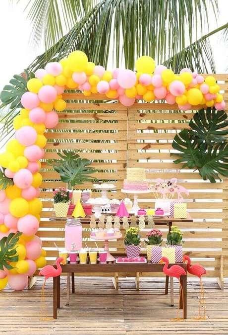 10. Decoração de festa flamingo simples com painel de pallet e costela de Adão – Foto: Pinterest