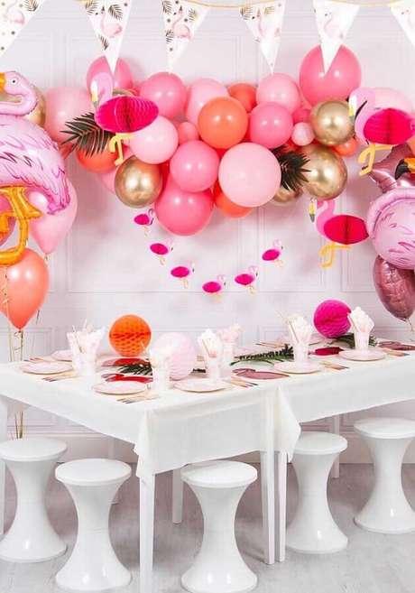 77. Festa tema flamingo decorada com arranjo de balões em tons de rosa e dourado – Foto: Pinterest