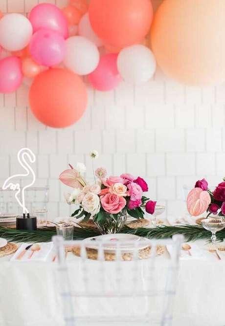 79. Decoração de festa flamingo com arranjo de rosas e balões – Foto: Pinterest