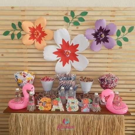 80. Flores de papel dão um toque especial na decoração de festa flamingo simples com painel de pallets – Foto: Recordare Festas & Decoração