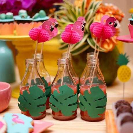 81. Garrafinhas de suco decoradas para festa flamingo tropical – Foto: Renata Caroline Festas