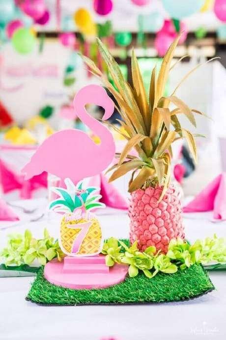 82. Ideia de decoração para festa flamingo e abacaxi – Foto: Kara's Party Ideas