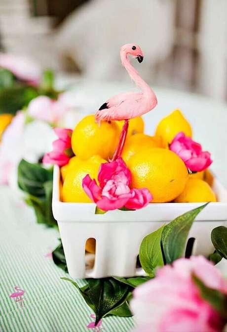 83. Ideia de decoração para festa flamingo tropical com cesta de frutas – Foto: Ideias Decor