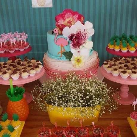84. Ideia de doces para decoração de festa flamingo simples com bolo dois andares decorado com flores – Foto: Nathália Campos