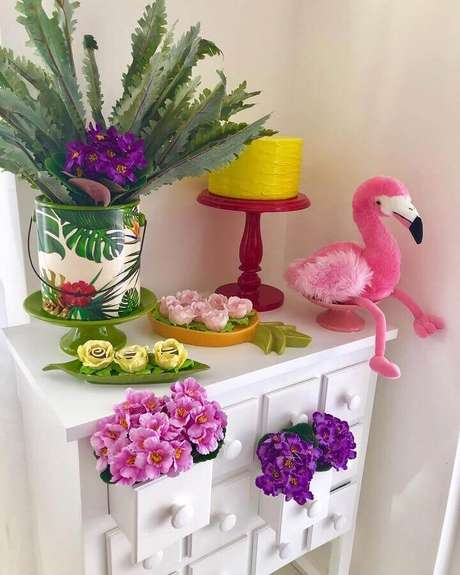 86. Cantinho decorado com flores para festa flamingo simples – Foto: Adoro Festa