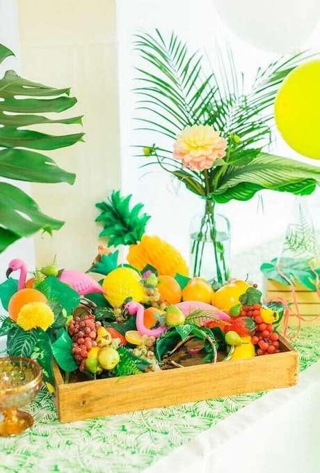 9. Decoração com mesa de frutas para festa flamingo tropical – Foto: Kara's Party Ideas